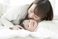 寝てる子供と女性