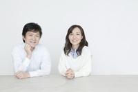 笑顔のシニア世代の夫婦