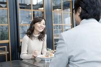 カフェでランチするシニア世代の夫婦