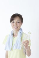 水分補給する50代の女性