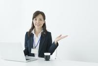 パソコンを操作する50代のスーツの女性 10161014656  写真素材・ストックフォト・画像・イラスト素材 アマナイメージズ