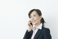 電話をかける50代の女性 10161014673  写真素材・ストックフォト・画像・イラスト素材 アマナイメージズ