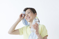 汗を拭う50代の女性