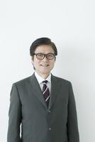 笑顔の60代のスーツの男性