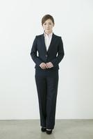 スーツ姿の20代の女性