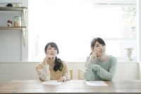 勉強する20代女性