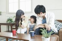 幸せそうな20代の若い夫婦と子供