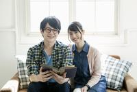 読書を楽しむ20代夫婦