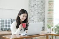 パソコンを使う20代女性