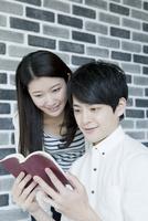 読書をする20代カップル