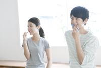 歯磨きする20代カップル