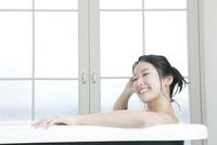 入浴する20代女性