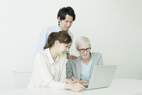 パソコンをしている20代男女