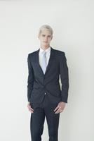 スーツ姿の20代の外国人男性