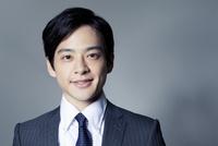 スーツ姿の20代の日本人男性