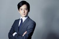 スーツ姿の20代の日本人男性 10161015854| 写真素材・ストックフォト・画像・イラスト素材|アマナイメージズ