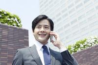 電話をするスーツ姿の20代の日本人男性