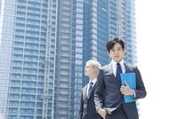 スーツ姿の20代の外国人男性と日本人男性