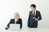 仕事中のスーツ姿の20代の外国人男性と日本人男性