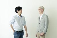 オフィスカジュアルの20代の外国人男性と日本人男性