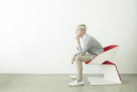 椅子に座る20代の外国人男性