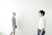 歩いている20代の日本人男性と外国人男性