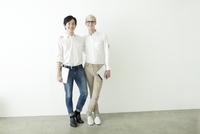 肩を組む20代の日本人男性と外国人男性
