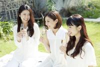 緑のある庭での女子会