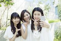 自撮りする20代女性3人