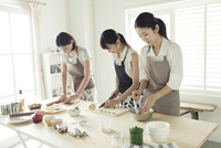 お菓子作りをする20代女性3人