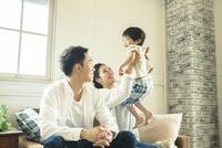 リビングダイニングで過ごす家族 10161016740| 写真素材・ストックフォト・画像・イラスト素材|アマナイメージズ