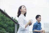 屋外での20代夫婦ライフスタイル 10161016754| 写真素材・ストックフォト・画像・イラスト素材|アマナイメージズ