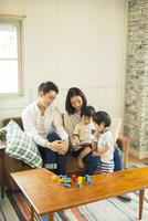 スマホを見る仲良し家族 10161016759| 写真素材・ストックフォト・画像・イラスト素材|アマナイメージズ
