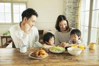 家族4人の食事シーン 10161016776| 写真素材・ストックフォト・画像・イラスト素材|アマナイメージズ