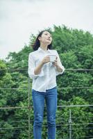 マグカップを持つ20代女性 10161016799| 写真素材・ストックフォト・画像・イラスト素材|アマナイメージズ
