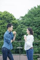 屋外でお茶を飲む仲良し夫婦