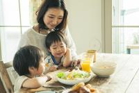 家族3人の食事シーン 10161016808| 写真素材・ストックフォト・画像・イラスト素材|アマナイメージズ