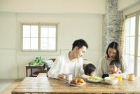 家族4人の食事シーン 10161016809| 写真素材・ストックフォト・画像・イラスト素材|アマナイメージズ