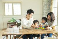 家族4人の食事シーン 10161016810| 写真素材・ストックフォト・画像・イラスト素材|アマナイメージズ