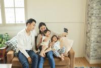 家族で写真を撮るシーン 10161016825| 写真素材・ストックフォト・画像・イラスト素材|アマナイメージズ
