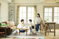 リビングダイニングで過ごす家族 10161016827| 写真素材・ストックフォト・画像・イラスト素材|アマナイメージズ
