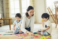 おもちゃで遊ぶ母と子 10161016837| 写真素材・ストックフォト・画像・イラスト素材|アマナイメージズ