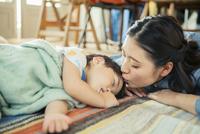 お昼寝をする男の子 10161016868| 写真素材・ストックフォト・画像・イラスト素材|アマナイメージズ