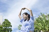 背伸びをする20代女性