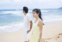 海でデートする20代男女