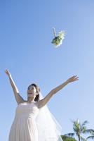 ブーケを投げる20代女性花嫁