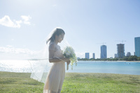 ブーケを持つ20代女性花嫁