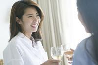 ワインで乾杯する20代女性2人