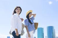 海岸を散歩する20代女性2人