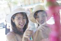 観光する20代女性2人